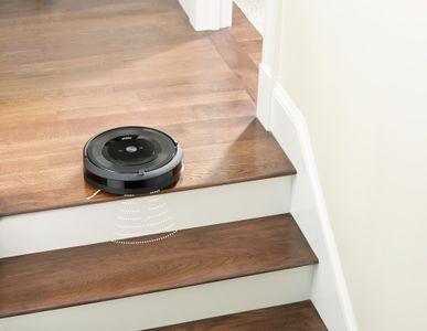 iRobot Roomba E5 senzory proti pádu ze schodů