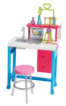 Mattel Barbie na svojem odličnem delovnem mestu v znanstvenem laboratoriju