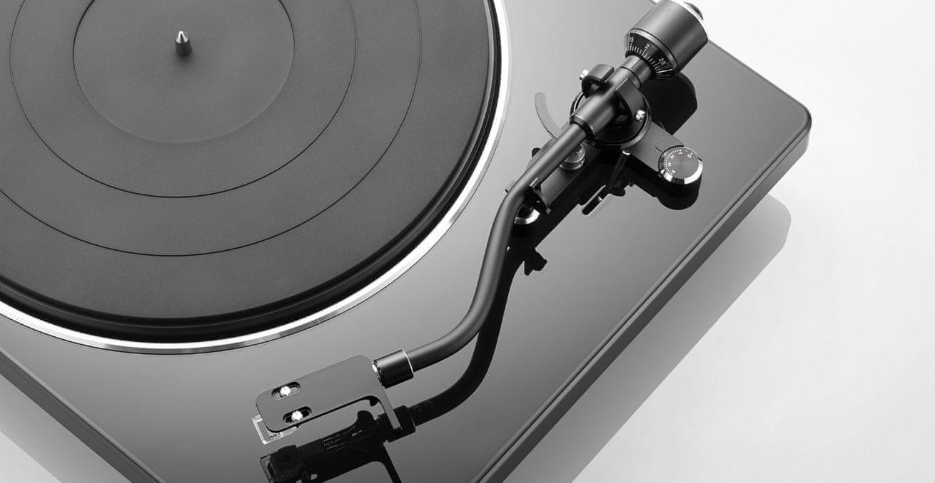 gramofon Denon DP-400 automatické zastavení raménko pro správný sklon jehly