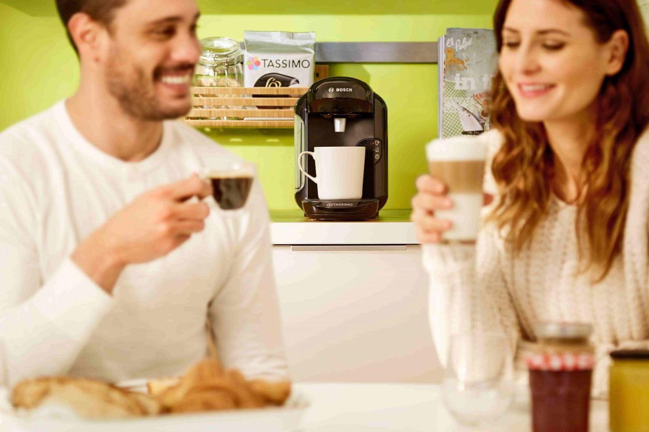TASSIMO Vivy 2 TAS1401 dva lidé pijící kávu