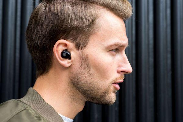 Sluchátka Sudio Nivå 3 velikosti špuntů handsfree hovory mikrofon powerbanka pouzdro