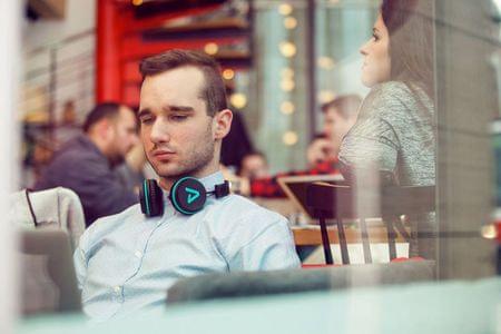Skládací Bluetooth sluchátka s otočnými náušníky a kvalitním zvukem.