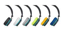 Stylová sluchátka s různobarevnými náušníky.