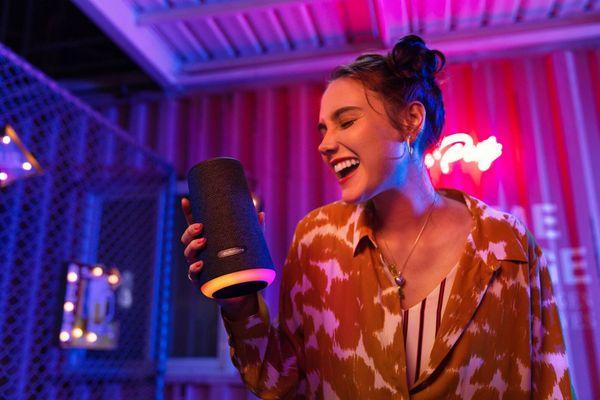 Anker Soundcore Flare prenosni zvočnik + vgrajene LED baterije z življenjsko dobo baterije do 20 ur ter powerbank funkcijo za polnjenje mobilnega telefona. Zvočnik boste lahko upravljali prek tehnologije Bluetooth 5.0