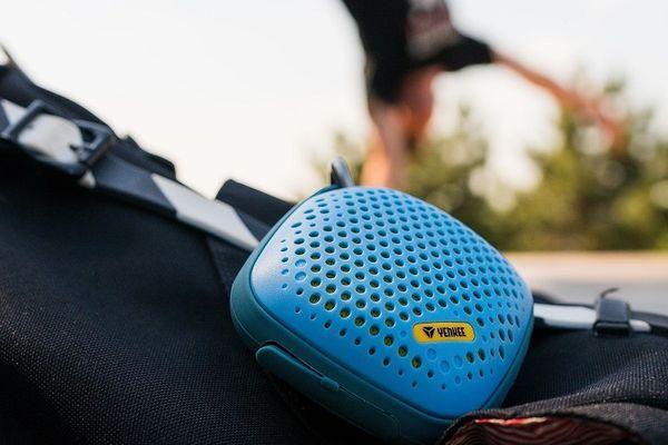 přenosný Bluetooth reproduktor yenkee ysp 3003 s karabinou šňůrou outdoor mikrofon handsfree výdrž až 8 h ip44 ochrana voděodolný prachovzdorný
