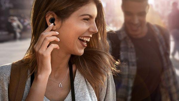 Samsung Galaxy Buds, ovládanie, mikrofón hands-free, nabíjacie puzdro, nabíjanie bezdrôtovým zdieľaním energie.