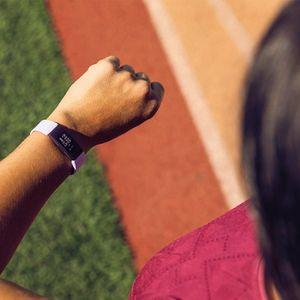 Fitnesz karpánt Fitbit Inspire HR vízálló, az akkumulátor hosszan kitart