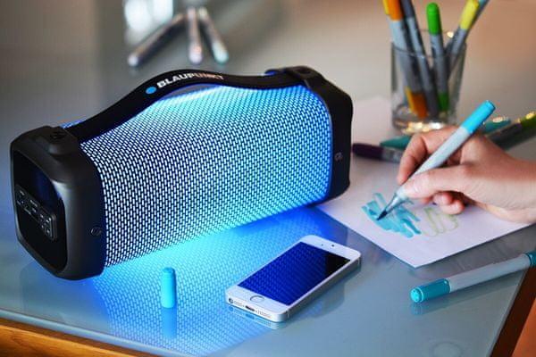 vezeték nélküli Bluetooth hangszóró beépített újratölthető akkumulátor 4 óra üzemelés 3000mAh akkumulátor LED diódák microUSB kábel fény show
