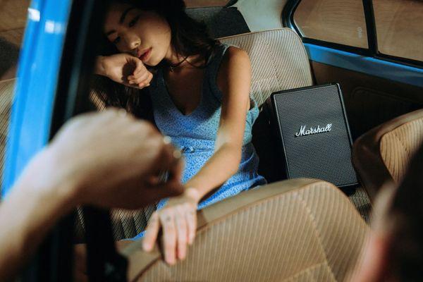 stílusos hordozható Bluetooth 5.0 hangszóró marshall tufton gitárszíjjal 4,9 kg súllyal 10 m jeltartománnyal 3 sávos tervezési technológiával többirányú hanggal 80 watt teljesítménnyel