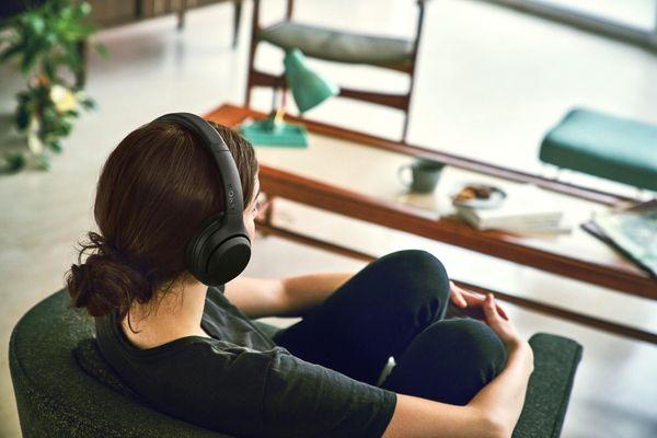 bezdrátová Bluetooth 4.2 sluchátka sony wh-xb900n 30h výdrž baterie rychlonabíjení elegantní design pohodlí při nošení handsfree mikrofon dotykové ovládání google assistant alexa extra bass technologie 7 h nabíjení