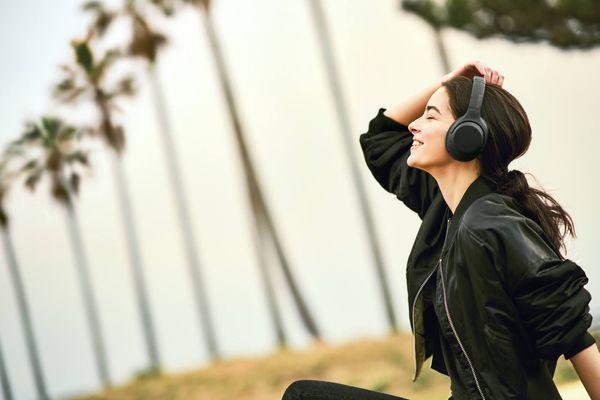 bezdrátová Bluetooth 4.2 sluchátka sony wh-xb900n 30h výdrž baterie rychlonabíjení elegantní design pohodlí při nošení handsfree mikrofon dotykové ovládání google assistant alexa extra bass technologie aptx kodek headphones connet anc