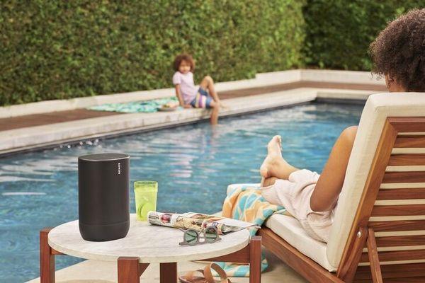 sonos move přenosný reproduktor wifi airplay 2 apple streaming hudby s mikrofony bluetooth multiroom zvuk do každého pokoje odolný vlhkosti používání i v koupelně stereofonní zvuk po spojení dvou reproduktorů dva digitální zesilovače třídy D výškový reproduktor basový reproduktor nastavitelné basy a výšky automatická aktualizace software 10 h výdrž baterie na nabití