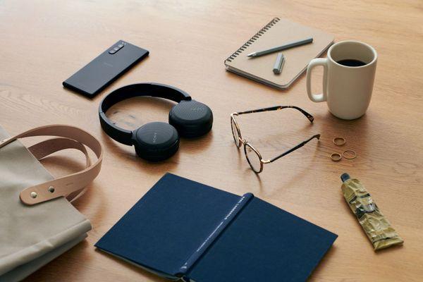 Sony brezžične slušalke Sony WH-CH510 Bluetooth verzija 5.0 doseg 10 m upravljanje na slušalkah mikrofon za prostoročno telefoniranje delovanje 25 h kompatibilne z glasovnim upravljanjem zaprta konstrukcija čist zvok kakovostni 30 mm gonilniki