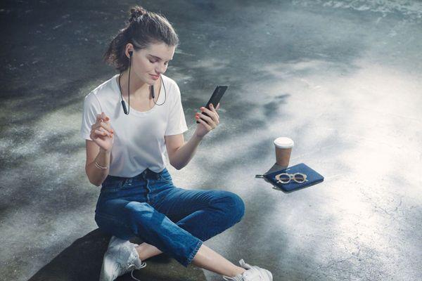 Sony brezžične slušalke Sony WI-XB400 Bluetooth verzija 5.0 doseg 10 m upravljanje na slušalkah mikrofon za prostoročno telefoniranje delovanje 15 h kompatibilne z glasovnim upravljanjem zaprta konstrukcija čist zvok kakovostni 12 mm gonilniki iz neodima magnetni konci
