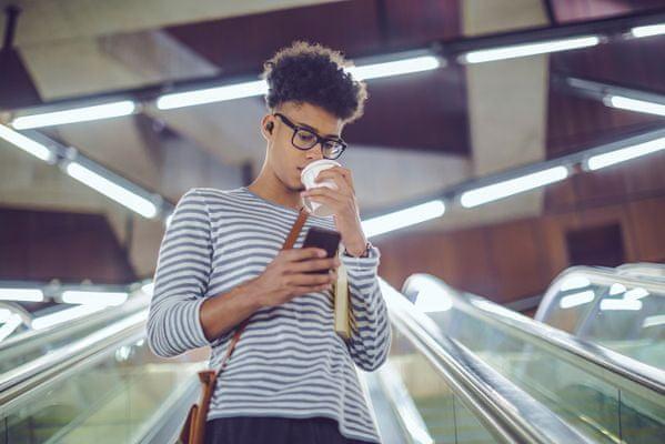 štýlové športové štupľové slúchadlá creative outlier air ipx5 výdrž 10 h nabíjacie púzdro 30 h siri google assistant handsfree 5,6mm meniče grafénová membrána