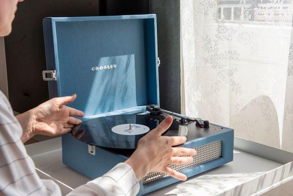 půvabný retro gramofon v kufříku kufříkový gramofon crosley voyager Bluetooth technologie 3 rychlosti přehrávání desek 33 45 78 otáček za minutu rca výstupy sluchátkový výstup vintage styl starobylý styl protiprachový kryt pitch control