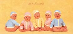 Anne Geddes Blahopřání , sedící v čepici a kabátku