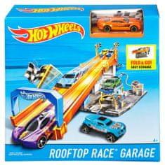 Hot Wheels dirkalna steza na strehi garaže