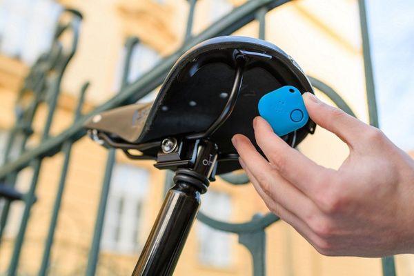 Bluetooth čip na klíče nebo peněženku, smart tracker Smile, aplikace pro iOS a Android, noční režim, bezpečná zóna