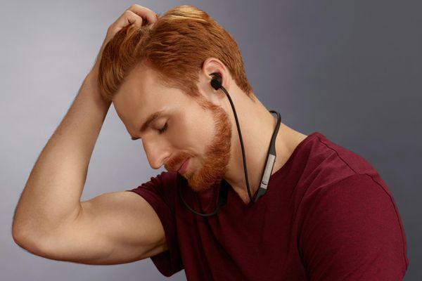 špičková špuntová sluchátka bowers & Wilkins PI4 bluetooth 5.0 aptx kodek plný a silný zvuk systém dvou měničů baterie Li-Pol s výdrží 10 h na nabití funkce rychlonabíjení 15 min handsfree volání mikrofon pohodlná lehká nákrčník háčky do uší