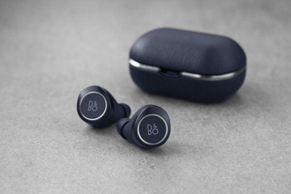 bezdrátová Bluetooth 4.2 sluchátka bang olufsen beoplay e8 2.0 dosah 8 m vynikající zvuk 5,7mm elektrodynamické měniče ip54 ochrana vůči prachu a vodě transparent režim mikrofony pro handsfree a hlasové ovládání li-ion akumulátory 4 h provozu nabíjecí pouzdro s magnety 530 mAh pro 3 plná nabití dotykové ovládání nízká váha pohodlná v uších