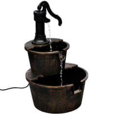 Fontanna w formie studni z pompą