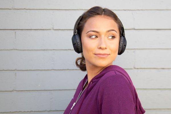 Nowoczesne, przenośne słuchawki Bluetooth charakteryzują się szczegółowych przesyłem audio, możliwością sterowanie muzyką i połączeniami głośnomówiący, wytrzymałością do 20 godzin, szybkim ładowaniem w 15 minut oraz wyściółką zapewniającą wygodne noszenie