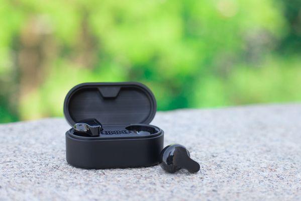 bezdrátová Bluetooth sluchátka do uší lamax taps1 nabíjecí box výdrž 6 h výdrž s boxem až 18 h handsfree mikrofon čistý zvuk ip54 krytí hlasoví asistenti čistý zvuk moderní design nízká hmotnost vestavěné ovládání