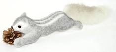 DUE ESSE Karácsonyi mókus tobozzal, 45 cm hosszal, szürke/ezüst