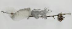 DUE ESSE Vianočná veverička na vetvičke so šiškou, 52 cm, strieborná/sivá