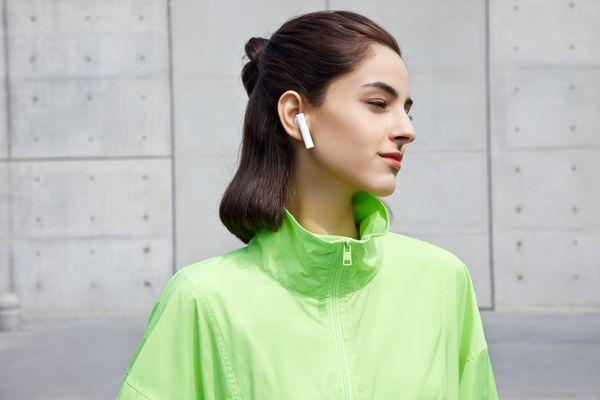 štýlové bezdrôtové slúchadlá xiaomi mi true wireless earphones 2 basic Bluetooth rýchle pripojenie skvelý zvuk ovládacia dotyková plocha mikrofón pre handsfree výdrž 5 h na nabitie puzdro pre 3 plné nabitia slúchadiel ľahulinké pohodlné v ušiach