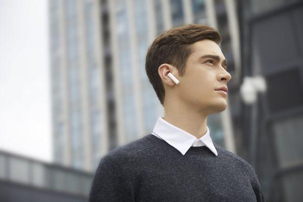 štýlové bezdrôtové slúchadlá xiaomi mi true wireless earphones 2S Bluetooth rýchle pripojenie skvelý zvuk ovládacia dotyková plocha mikrofón pre handsfree výdrž 5 h na nabitie puzdro pre 3 plné nabitia slúchadiel ľahučké, pohodlné v ušiach bezdrôtové nabíjanie
