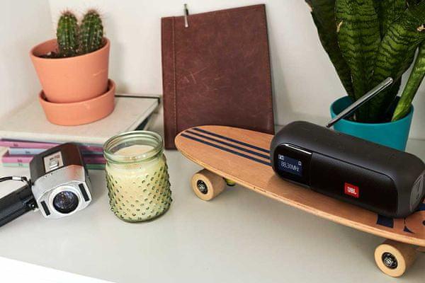 přenosný reproduktor a rádio v jednom jbl tuner 2 fm dab dab plus tuner 5 tlačítek rychlé volby čistý zvuk lcd displej ipx7 certifikace výdrž 12 h na nabití lipol baterie kompaktní rozměry elegantní design