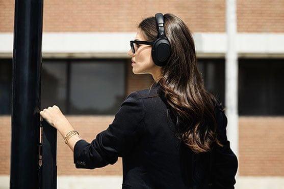 odlične vrhunske highend potovalne slušalke sennheiser pxc 550 bluetooth 5.0 brezžična tehnologija aac aptx aptx ll nadzor glasnosti neposredno na slušalkah anc funkcija aktivno odpravljanje šuma primerno za letala odstranljive slušalke dve vrsti kabelske redukcije možnost avdio kabelske povezave zložljivo delovanje 30 h aac aptx aptx ll dostop do glasovnih pomočnikov udobna robustna konstrukcija vrhunski zvok prek funkcije torbica samodejno preklapljanje pametnega nadzora premora prek aplikacije trojni komplet mikrofonov za odpravljanje hrupa za jasne prostoročne klice