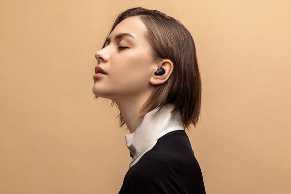 stylová bezdrátová sluchátka xiaomi mi true wireless Earbuds basic 2 Bluetooth rychlé připojení skvělý zvuk ovládací dotyková plocha mikrofon pro handsfree výdrž 4 h na nabití pouzdro pro 3 plná nabití sluchátek lehoulinká pohodlná v uších