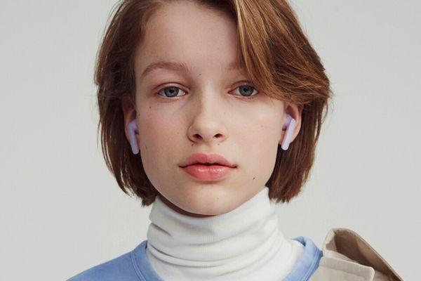 stylová minimalistická bezdrátová true wireless sluchátka urbanears alby výdrž 3 h na nabití nabíjecí pouzdro pro 4 plná nabití pohodlná dobře hrající Bluetooth 5.0 technologie handsfree ovládání hlasem lehounká odolná vodě a potu