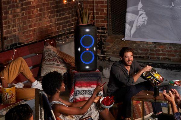 moderní bytelná party reproduktor jbl PartyBox 310 výkon rms 240 w pro sound zvuk karaoke vstup pro kytaru světelná show liion baterie výdrž 18 h síťový provoz aux in vstup usb port Bluetooth 5.1 pro streamování podsvícené ovládání dj funkce ovládání mobilní aplikací ipx4 odolnost vodě kolečka a madlo pro snadnou přepravu