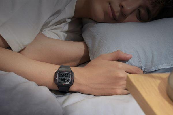 moderné chytré hodinky v retro štýle amazfit neo meranie tepu krokov spálených kalórií monitoring spánku a celkového zdravia a kondície výdrž 28 dní na nabitie vodeodolné do hĺbky 50 m príjemné na ruke upozornenia na správy a volania vždy zapnutý displej