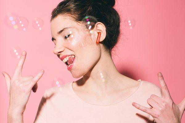 moderní Bluetooth sluchátka jbl tune 225tws silný basový základ jbl pure bass bezdrátová tws 5h výdrž na nabití nabíjecí box pro 4 plná nabití mikrofony pro handsfree volání