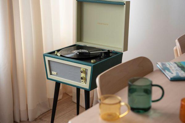 překrásný nostalgický gramofon jako z 60. let 20. století crosley sterling Bluetooth 2 rychlosti otáček za minutu řemínkový pohon vestavěné reproduktory pitch control audio technika přenoska aux in sluchátkový výstup