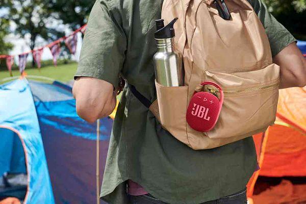 Bluetooth přenosný bezdrátový mini reproduktor jbl Clip 4 s karabinou pro zavěšení na batoh výdrž 10 h na nabití rms výkon 5 w 40mm převodník lehounký voděodolný ip67 usb-c nabíjení