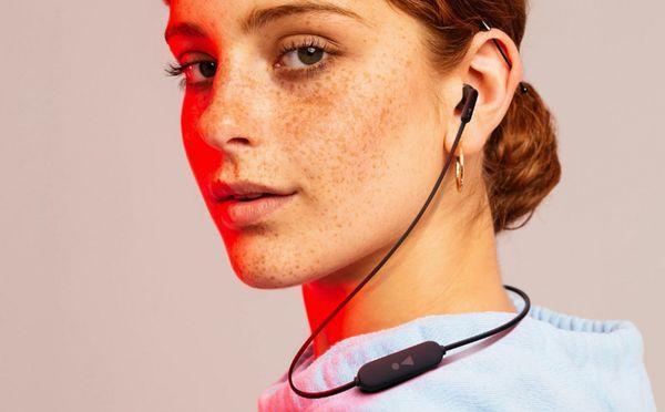 bezdrôtová kvalitné slúchadlá jbl tune 215bt Bluetooth 5.0 výdrž 16 h na nabitie pohodlné v ušiach vďaka ergonomickému tvaru odolné zamotávaniu kábel s ovládačom handsfree funkcia jbl pure bass sound zvuk bohatý na silné basy