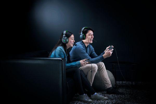herní ovladač pro xbox a pc razer Wolverine v2 pogumovaný pro lepší úchop akční tlačítka 2 programovatelná tlačítka připojitelný 3m kabelem ovládání aplikací razer životnost tlačítek 3 miliony kliknutí
