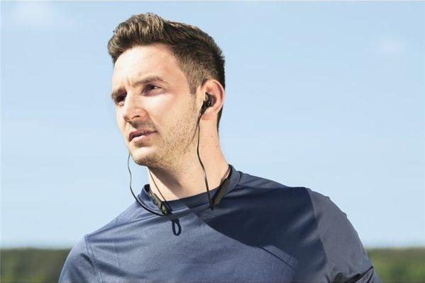 nowoczesne słuchawki Bluetooth bezprzewodowe hama connect neck obsługa sterowania głosowego google assistant i apple siri odporność na pot magnetyczne końcówki słuchawek przycisk sterowania wysokiej jakości przetworniki dostrojony dźwięk lekkie płaski pasek na szyję