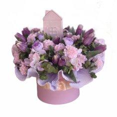 RK Dekorace Jarní květinový box M - růžovo - fialová barevnost, z hortenzií, tulipánů a chryzantém, uprostřed je keramický domeček