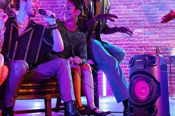 Bluetooth zabavni zvočnik sony mhc-v13 zvočnik ročaj aux v usb snemanju in predvajanju fm sprejemnik za poslušanje radia cd pogon možnost seznanjanja z več zvočniki nadzor mobilnih aplikacij karaoke zabava možnost povezave kitara zvok razširi po sobi dva močna visokotonca jet bass booster