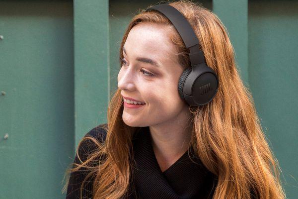 moderné bezdrôtové Bluetooth 5.0 slúchadlá JBL tune 510bt podpora hlasových asistentov výdrž na nabitie 40 h rýchlonabíjacia funkcia handsfree mikrofón tlačidlá pre ovládanie na mušliach sklápací dizajn