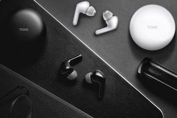 bezprzewodowe stylowe słuchawki lg hns-fn6 technologia bluetooth uvnano box zabija bakterie ipx4 odporność na wodę i pot hipoalergiczne końcówki ładowanie qi żywotność 6 h na naładowaniu dualne mikrofony tłumienie szumów z otoczenia tryb ambient system dźwiękowy meridian etui na 2 pełne naładowania słuchawek całkowity czas pracy 18 h wygodne ergonomicznie wyprofilowane