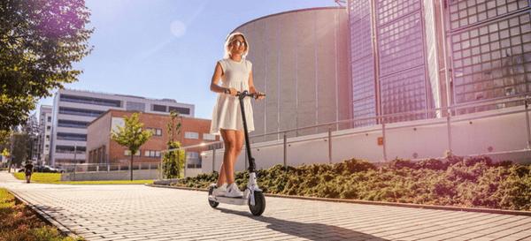 Elektromos robogó GoGEN VOYAGER S501B összecsukható kis súlyú könnyű két vezetési mód hibamegoldó preumatika sebességtartó automatika multifunkciós kijelző alumínium építési sebesség 25 km hatótávolság 25 km LED fények elektromos robogó teljesítmény 250 W