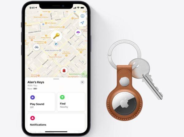 Apple AirTag lokátor lokalizátor malý guľatý puk prezvonenie predmetu aplikácia Find My ochrana súkromia šifrovanie dát anonymná poloha presná lokalizácia štýlový vzhľad anonymný signál aplikácie dosah IP67 vodeodolný prachuvzdorný pripnutie ku kľúčom mapa v aplikácii integrovaný reproduktor atraktívny prívesok